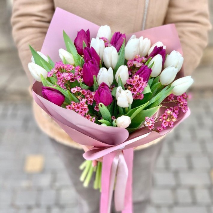 25 tulips mix in decoration