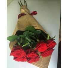 7 red roses in craft paper