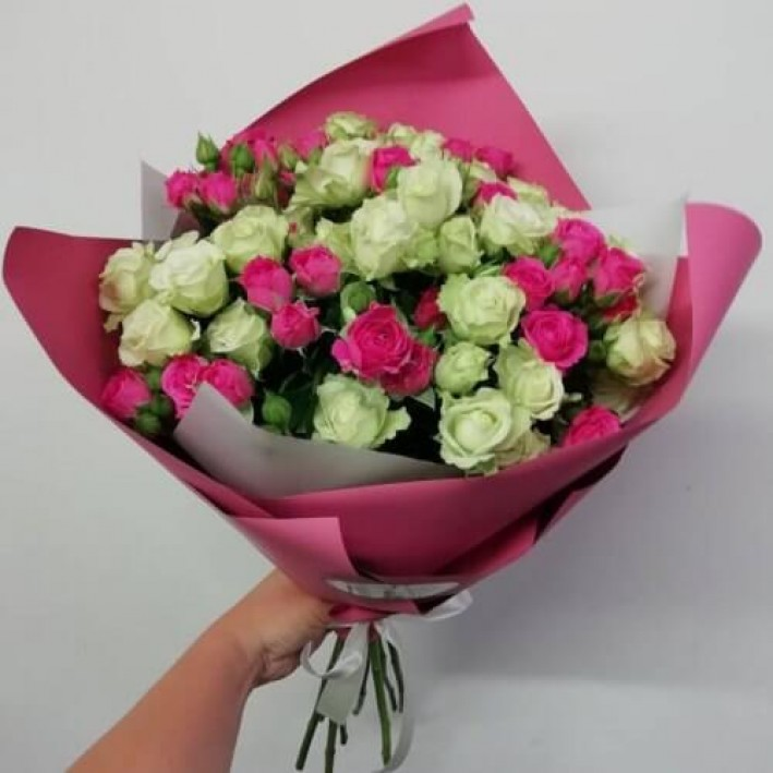 11 white and pink spray roses